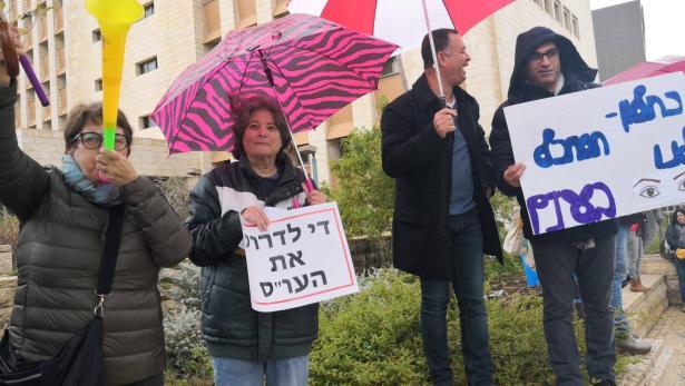 شاهد: العاملون الاجتماعيون يغلقون شارعًا في حيفا خلال تظاهرتهم