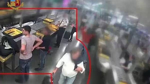 لص يسرق 8 آلاف دولار في نقطة تفتيش بالمطار.. فيديو