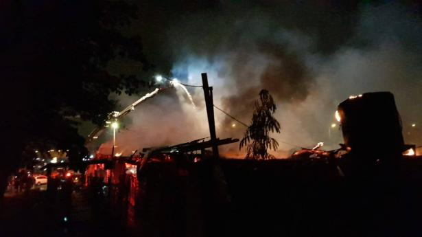 حريق بمجمع تجاري في كفرقاسم والأسباب مجهولة