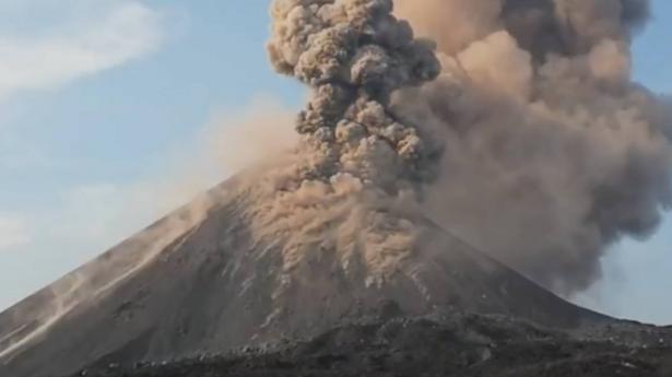 الكارثة بدأت هنا.. فيديو البركان الذي فجّر تسونامي إندونيسيا