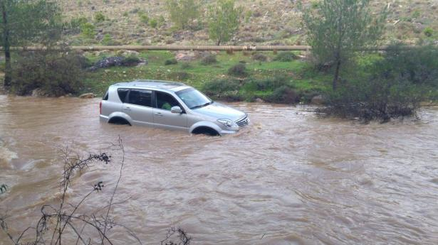 تخليص عائلة علقت بسيارة في مجرى نهر