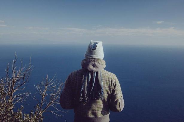 الوشاح؛ مفتاح أناقة الرجل في الشتاء