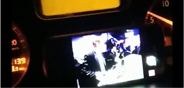 شاهد: ضبط سائق يشاهد فيديو عبر شاشة داخل الشاحنة