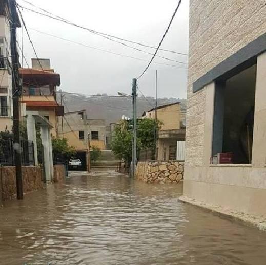 سيدة من مجد الكروم تطلق صرختها للشمس: مياه الصرف الصحي تغرق بيوتنا، وتسبب اضرارًا صحية لنا، ولا حلّ لمعاناتنا