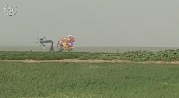 شاهد: ضبط حزمة بالونات مشبوهة في النقب وخبيرو متفجرات يعالجونها