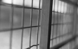 مفارقة: ذهب ليزور صديقه في السجن فضُبط بدون رخصة قيادة فزج به في السجن مع صديقه