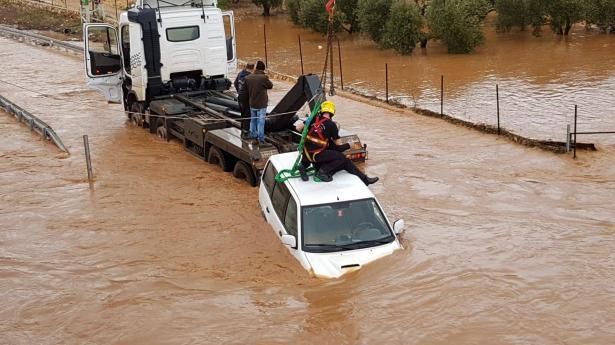 شاهد: تخليص 3 عالقين دخلوا جريان المياه بسيارات في وادي الحلزون
