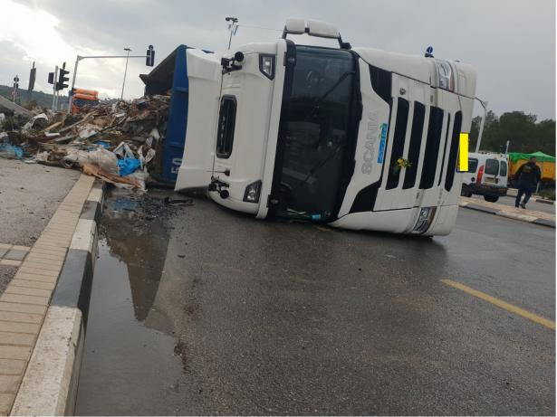 انزلاق وانقلاب شاحنة على شارع رقم 65