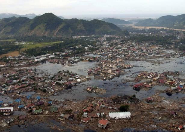 زلزال وتسونامي يضربان اندونيسيا في اسبوع