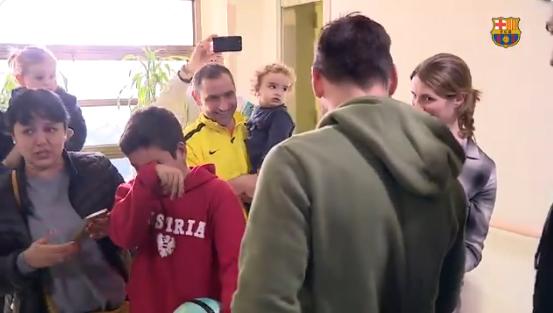 طفل يجهش بالبكاء والسبب ميسي وسواريز