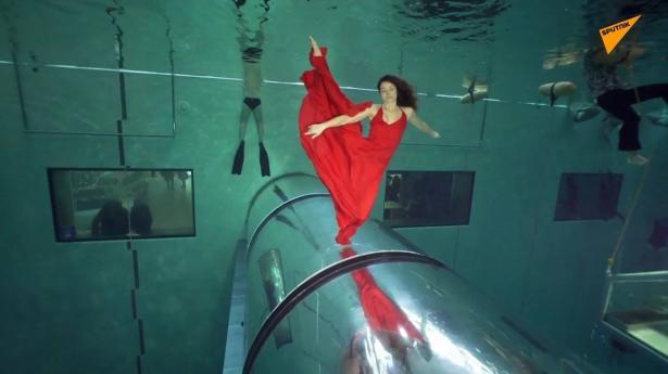 بالفيديو... ثنائي يحقق رقما قياسيا في الرقص تحت الماء دون أوكسجين