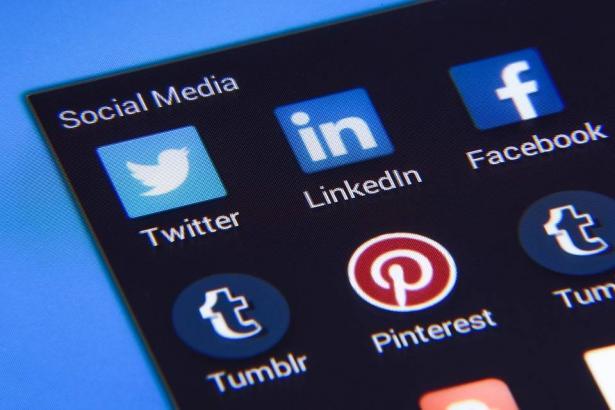 كيف تتعامل مواقع التواصل مع حسابات المتوفين؟