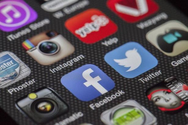 المراهقات ووسائل التواصل الاجتماعي..