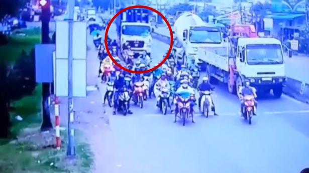 في مشهدٍ مرعب .. سائق شاحنة يرتكب مجزرة بحقّ مجموعة من سائقي الدراجات الناريّة!
