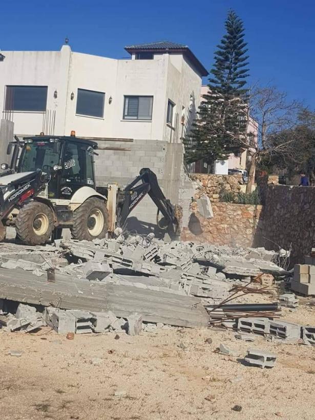 مواطن من دير الاسد يهدم بيته بنفسه
