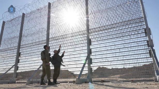 الجيش الإسرائيلي يعلن بدء بناء الجزء العلوي من الجدار الجديد على حدود غزة