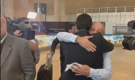 شاهد: لحظة وصول والد آية مصاروة الى المطار برفقة الجثمان