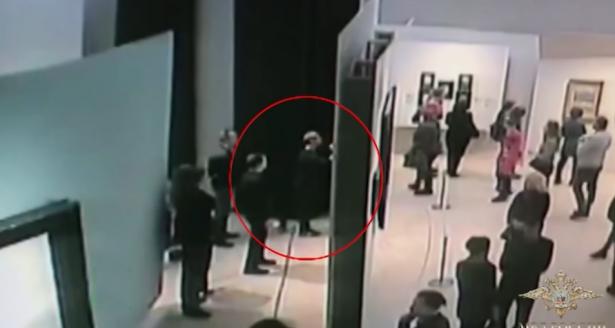 شاهد.. سرقة لوحة ثمينة من متحف روسي وسط ذهول الزائرين