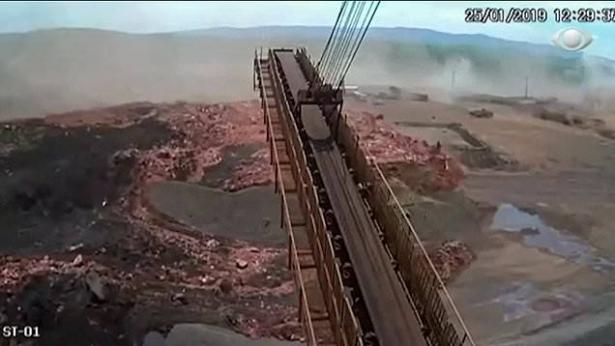 شاهد: لحظة انهيار سد البرازيل الذي أسفر عن مقتل وفقدان المئات