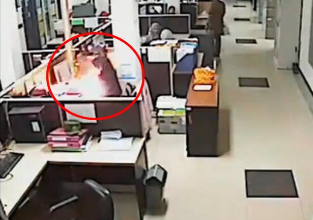 شاهد.. انفجار بطارية هاتف وإصابة موظفة في إندونيسيا