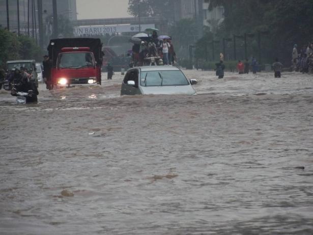 ضحايا الفيضانات والانهيارات في إندونيسيا وصل الى حوالي 70 شخصًا