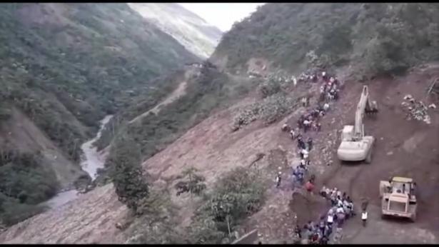 بالفيديو.. انزلاق طيني مفاجئ وخطير يجرف العشرات في بوليفيا