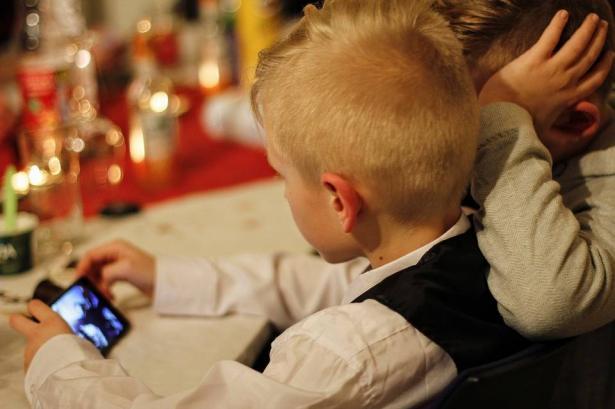 هذا تأثير قضاء الأطفال وقتا أطول امام الشاشات على تطورهم