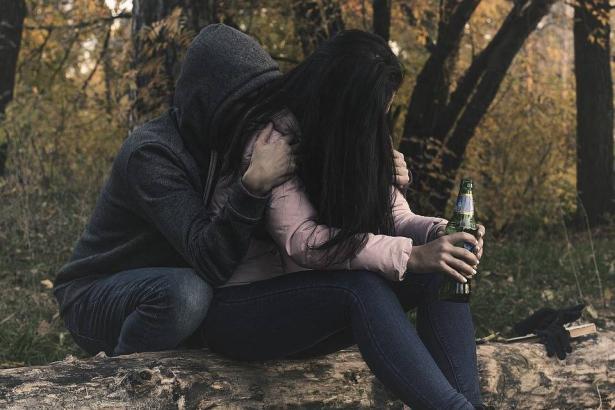 تزايد إقبال المراهقين على تعاطي المخدرات والكحول في المجتمع العربي
