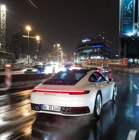 بورشه 911 2020 كوبيه الجديدة كلياً تتجول على طرق شتوتغارت