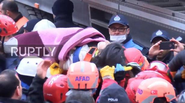 شاهد لحظة إخراج طفلة بقيت أسفل أنقاض منزل مُنهار في تركيا 19 ساعة