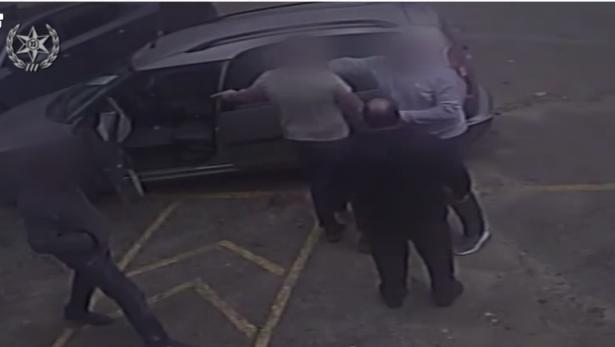 شاهد: مواطن (جلجولية) يوجه لكمة حادّة لصاحب محل تجاري ببيتح تكفا والسبب موقف سيارة