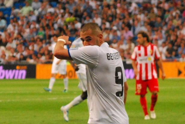 بنزيمة يثير غضباً في فرنسا بسبب قميص ريال مدريد