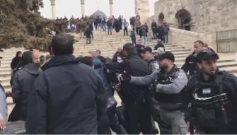 مناوشات في المسجد الأقصى والشرطة تعتدي بالضرب على المصلين