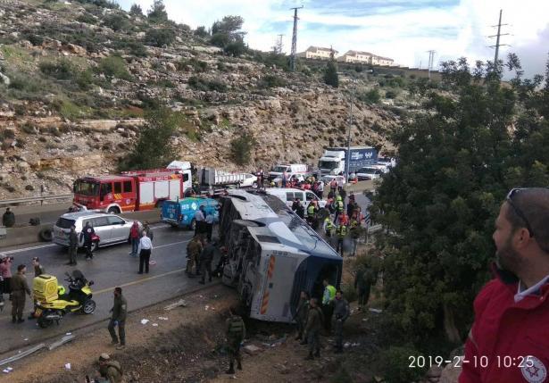 مصرع شخصين بانقلاب حافلة في القدس واصابة 41 شخصًا بينها اصابات خطرة