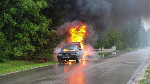 كيف تتعامل مع حريق السيارة؟
