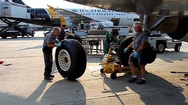 """""""بالفيديو"""" شاهد كيف يتم استبدال عجلة الطائرة ومدى تشابهها بعجلات السيارة"""