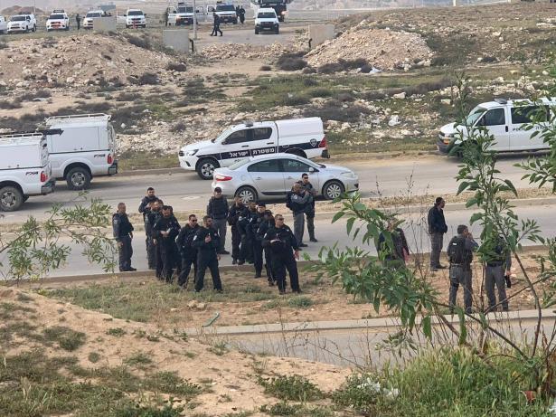 رهط: هدم منازل تتبع لعائلة العتايقة والشرطة تطوق المنطقة الجنوبية