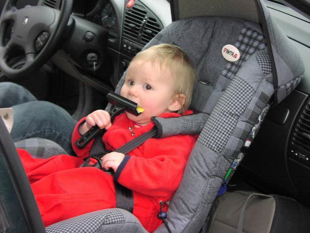 طواقم الانقاذ تخلّص طفلًا علق بسيارة في بئر السبع