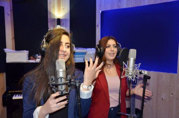 بمناسبة عيد الام: ميريل سلامة تغني مع والدتها لست الحبايب
