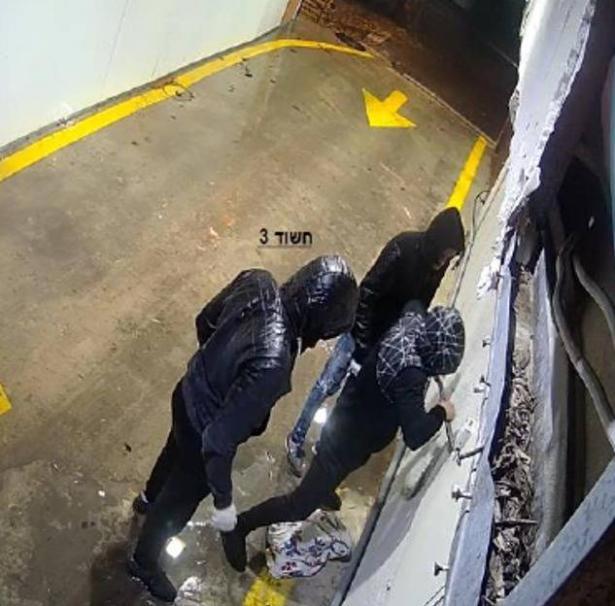 شاهد: توثيق لاقتحام عصابة من منطقة حيفا وسرقة لأحد المحلات