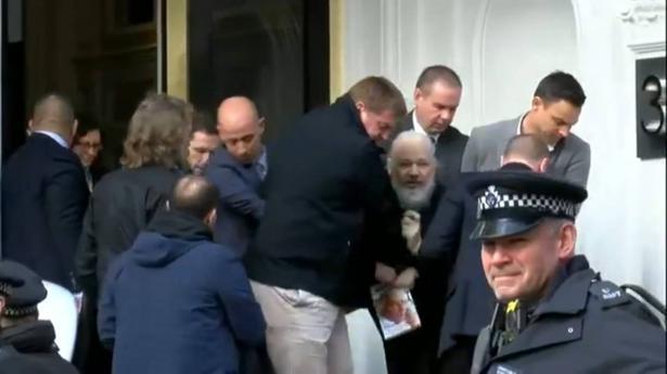 بريطانيا تعلن اعتقال جوليان أسانج مؤسس ويكيليكس من داخل سفارة الإكوادور