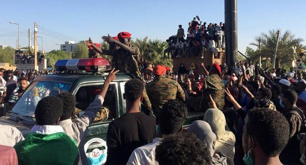 السودان.. بيان عسكري هام مرتقب وأنباء عن تنحي البشير