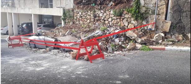 انهيار جدار على سيارة بحيفا وتحطمها