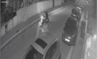 توثيق لشخص يضرم النار بسيارة زوجته في نتانيا