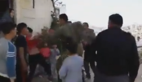 جنود يعتدون على اطفال وطلبة مدارس في الخليل