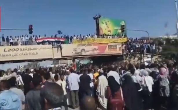 لليوم الثاني: آلاف السودانيين يعتصمون أمام مقر إقامة البشير لمطالبته بالتنحي
