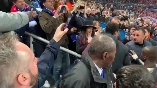 نيمار يعتدي على مشجع عقب خسارة كأس فرنسا