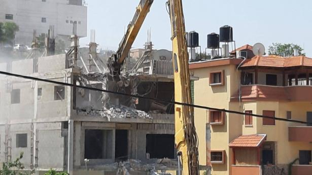 شاهد: هدم مبنى من 3 طوابق في كفرقاسم بحجة البناء بدون ترخيص
