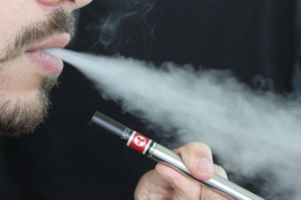 دراسة تحذر من خطورة السجائر الالكترونية على جهاز التنفس،  د.وليد حدّاد يتحدث للشمس