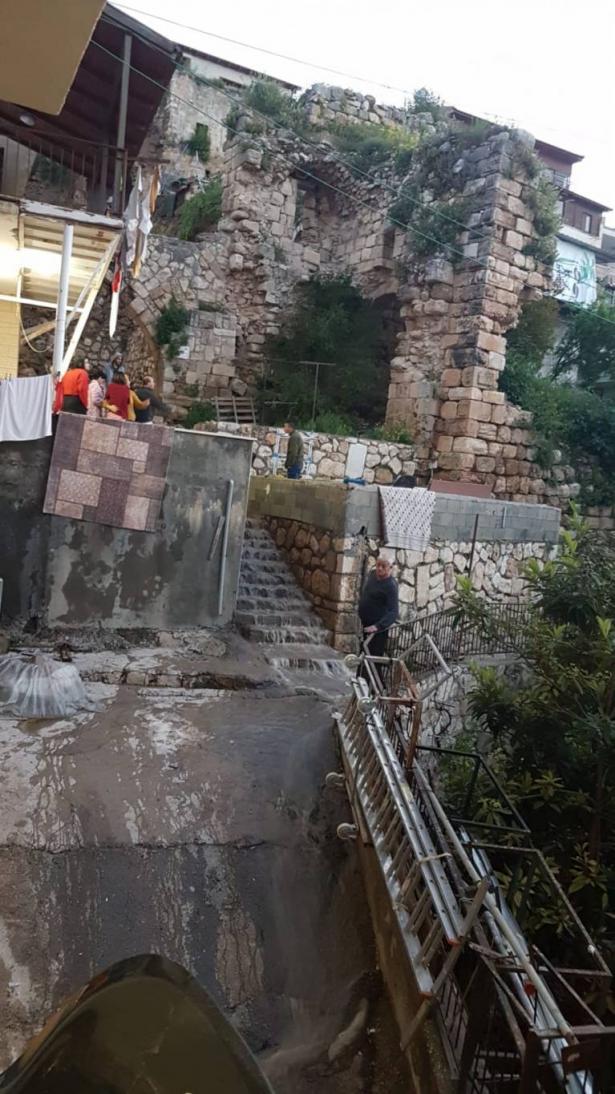 انهيار حائط في مبنى قديم في دير الاسد، والشمس تتحدث مع رئيس المجلس المحلي
